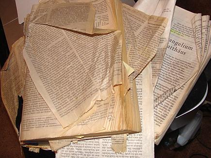 Ein Haufen Papier. Zustand meiner zwei Bibeln Anfang 2014