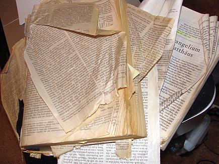 """Adrian Rogers sagte mal: """"Wenn du eine Bibel hast, die auseinanderfällt, dann hast du ein Leben, welches nicht auseinanderfällt (""""If you have a Bible that's falling apart, you'll have a life that's not"""")."""