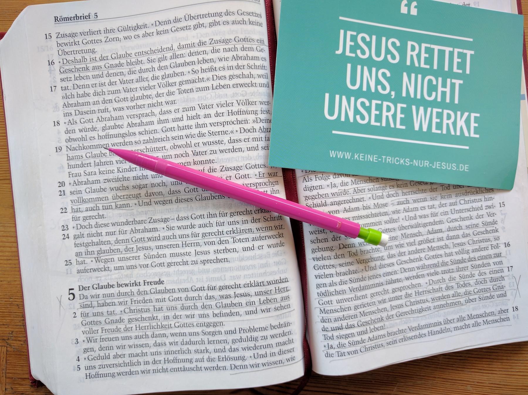 Durch unseren Glauben an Jesus als unseren Retter sind wir für immer mit Gott versöhnt. Jesus hat die Strafe, die wir für unsere Sünden verdienen, alle auf sich genommen. Danke Jesus! Was für eine LIebe von dir für uns!
